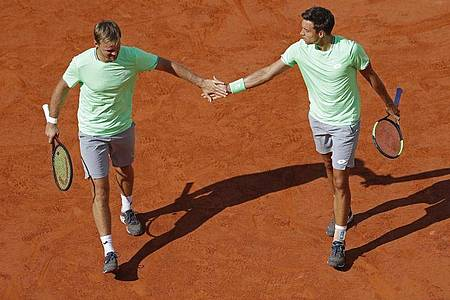 Kevin Krawietz (l) und Andreas Mies haben in Paris das Halbfinale im Doppel erreicht. Foto: Jean-Francois Badias/AP/dpa