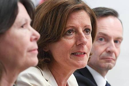 Die Ministerpräsidentin von Rheinland-Pfalz, Malu Dreyer (m.), Wirtschaftsminister Volker Wissing (r.) und Umweltministerin Ulrike Höfken. Foto: Arne Dedert/dpa