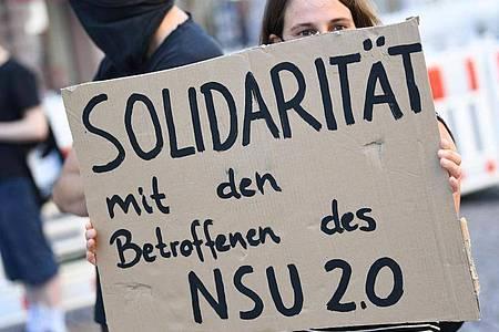 Ein Demonstrantin in Wiesbaden zeigt «Solidarität mit den Betroffenen des NSU 2.0». Foto: Arne Dedert/dpa