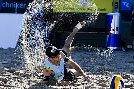 Clemens Wickler landet im Sand. Foto: Frank Molter/dpa