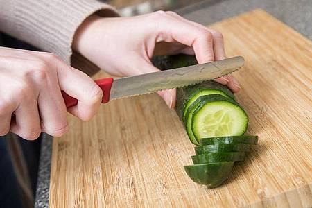 Holzbretter haben den Vorteil, dass sie Küchenmesser schonen - allerdings dürfen sie nicht in die Spülmaschine. Foto: Christin Klose/dpa-tmn