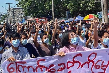 Trotz aller Repressionen hält der Widerstand in Myanmar gegen die Militärregierung an. Foto: Santosh Krl/SOPA Images via ZUMA Wire/dpa