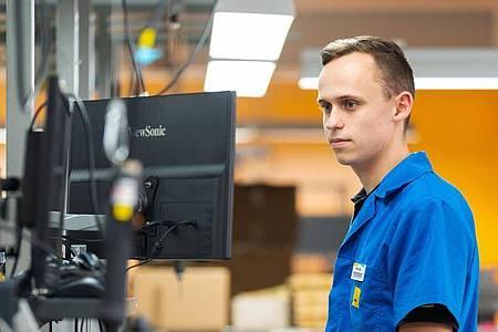 Als angehender Elektroniker für Geräte und Systeme ist Felix Hannemann dafür verantwortlich, dass das Produkt am Ende auch ohne Probleme funktioniert. Foto: Nicolas Armer/dpa-tmn