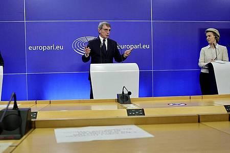 Antonio Costa (l.), Premierminister von Portugal und Vertreter der EU-Ratspräsidentschaft, David Sassoli (M.), Präsident des Europäischen Parlaments, und Ursula von der Leyen, EU-Kommissionspräsidentin, bei einer Pressekonferenz im Gebäude des Europäischen Parlaments. Foto: Olivier Matthys/AP/dpa