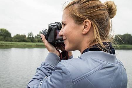 Spiegelreflex- oder Systemkamera: Wichtig ist, dass der Fotoapparat gut in der Hand liegt. Foto: Christin Klose/dpa Themendienst/dpa-tmn