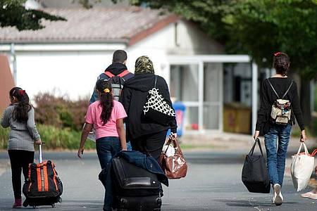 Flüchtlinge kommen in einer Flüchtlingsunterkunft an. In den Jahren 2015 und 2016 hatte Deutschland insgesamt mehr als 1,1 Millionen Asylsuchende aufgenommen. Foto: Swen Pförtner/dpa