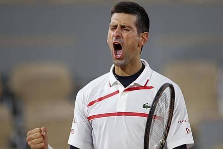 Novak Djokovic bekommt es im Semifinale mit dem Griechen Stefanos Tsitsipas zu tun. Foto: Alessandra Tarantino/AP/dpa