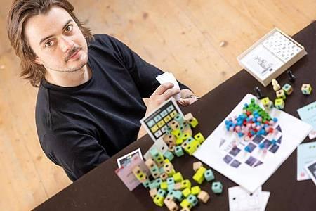 Der Spieleentwickler Janosh Kozák entwirft Brettspiele, die er an einen Spieleverlag verkauft oder mit der Crowdfunding-Plattform Kickstarter finanziert. Foto: Michael Reichel/dpa-Zentralbild/dpa