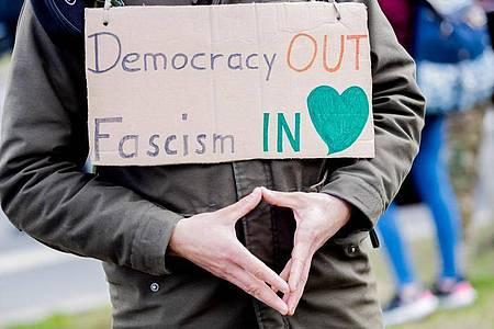 «Merkel-Raute» und Warnung vor Faschismus - auf einer Demonstration gegen die Corona-Maßnahmen. Foto: Christoph Soeder/dpa