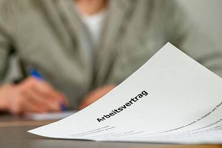 Enthalten Arbeitsvertrag und Betriebsvereinbarung unterschiedliche Regelungen zu einem Thema, gilt das, was für die Arbeitnehmer besser ist. Foto: Klaus-Dietmar Gabbert/dpa-tmn