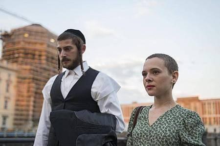Szene der Netflix-Serie «Unorthodox», für die Maria Schrader als beste Regisseurin einen Emmy gewonnen hat. Foto: Anika Molnar/Netflix/dpa