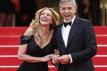 Die US-Schauspieler Julia Roberts und George Clooney stehen gemeinsam vor der Kamera - als Ex-Eheleute. Foto: Ian Langsdon/EPA/dpa