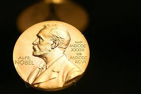 Eine Medaille mit dem Konterfei von Alfred Nobel ist im Nobel Museum zu sehen. Foto: Kay Nietfeld/dpa