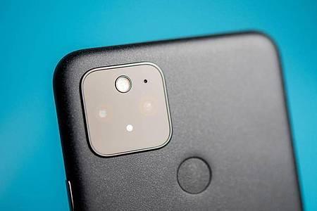 Das Google Pixel 5 hat erneut eine Kamera mit zwei Objektiven - ein Tele ist dieses Mal aber nicht dabei. Foto: Zacharie Scheurer/dpa-tmn