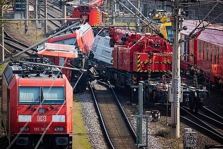 Die Bundespolizei geht davon aus, dass die Bergung der Loks bis nach Ostern dauern werde. Foto: Moritz Frankenberg/dpa