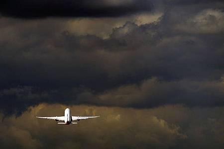 Eine Mehrheit der Menschen in Deutschland würde Kurzstreckenflüge gerne abschaffen oder zumindest verteuern. Foto: Steve Parsons/PA Wire/dpa