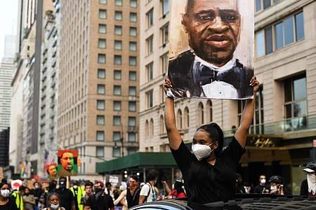 Demonstranten mit Bildern von George Flyod in New York: Sein Tod führte im ganzen Land zu Massenprotesten gegen Polizeigewalt und Rassismus. Foto: Miguel Juarez Lugo/ZUMA Wire/dpa