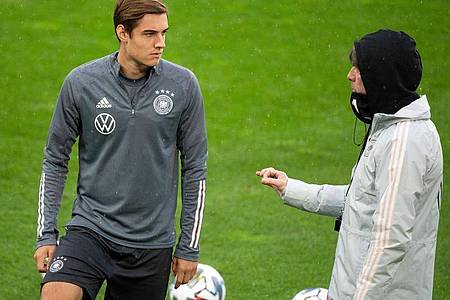 Bundestrainer Joachim Löw (r) bringt Debütant Florian Neuhaus gegen die Türkei. Foto: Federico Gambarini/dpa