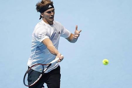 Alexander Zverev returniert bei den Finals einen Ball des Russen Daniil Medwedew. Foto: Frank Augstein/AP/dpa