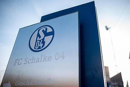 Der FC Schalke 04 steckt in einer Krise. Foto: Fabian Strauch/dpa