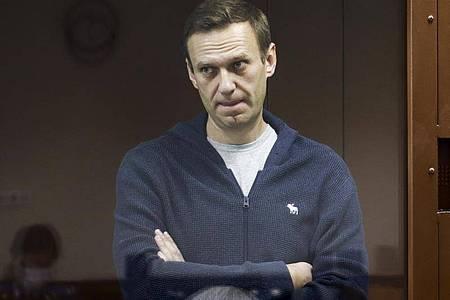 Der russische Oppositionspolitiker Alexej Nawalny steht hinter einer Glasscheibe während einer Anhörung vor dem Bezirksgericht in Moskau. (Archivbild). Foto: -/Babuskinsky District Court/AP/dpa