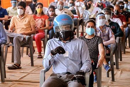 Zahlreiche Menschen ab 18 Jahren warten in einem Impfzentrum in Neu Delhi darauf, die erste Dosis des Corona-Impfstoffs von Astrazeneca zu erhalten. Foto: Naveen Sharma/SOPA Images via ZUMA Wire/dpa
