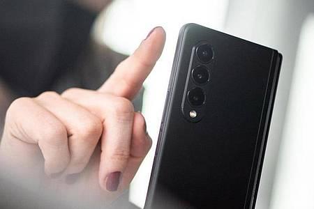 1800 Euro kostet das Samsung Galaxy Z Fold 3 in der Einstiegsversion. Foto: Franziska Gabbert/dpa-tmn