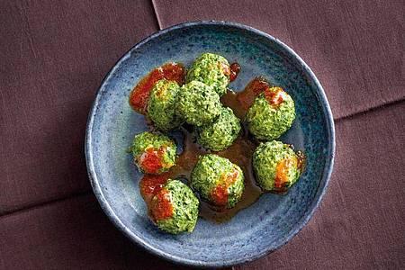 Italienisch inspiriert sind die Grünkohl-Quark-Klößchen - abgewandelt von Malfatti, die mit Ricotta und Spinat zubereitet werden. Foto: Coco Lang/Gräfe und Unzer/dpa-tmn