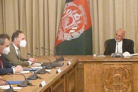 Außenminister Heiko Maas (2.v.l, SPD) spricht mit Aschraf Ghani (r.), Präsident von Afghanistan. Foto: Michael Fischer/dpa