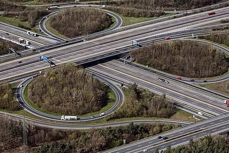 Ein Verkehrsknotenpunkt bei Frankfurt am Main. Hier kreuzen sich die Autobahnen 661 und A3. Foto: Uli Deck/dpa