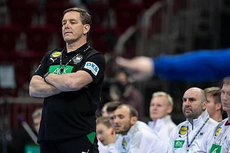 War mit seinem Debüt als Handball-Bundestrainer nur bedingt zufrieden: Alfred Gislason. Foto: Bernd Thissen/dpa