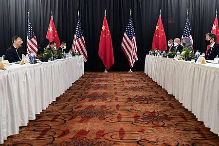 Die Eröffnungssitzung der US-China-Gespräche im Captain Cook Hotel in Anchorage im US-Bundesstaat. Das Verhältnis zwischen den USA und China war unter Trump auf das schlechteste Niveau seit Aufnahme der diplomatischen Beziehungen 1979 gefallen. Foto: Frederic J. Brown/Pool via AP/dpa