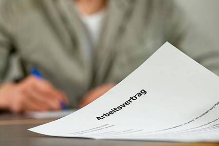 Bei Überstundenklauseln im Arbeitsvertrag sind Details in der Formulierung entscheidend. Foto: Klaus-Dietmar Gabbert/dpa-tmn
