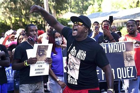 Brunswick im US-Bundesstaat Georgia: Demonstranten fordern im Fall des Todes von Ahmaud Arbery Antworten der Justiz. Foto: Bobby Haven/The Brunswick News via AP/dpa