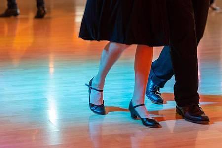 Während in Sachsen Tanzschulen wieder öffnen dürfen, sind in anderen Bundesländern sogenannte Indoor-Kontaktsportarten nach wie vor tabu. Foto: Robert Michael/dpa-Zentralbild/dpa