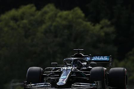 Mercedes-Star Lewis Hamilton wurde vor dem Rennen in Spielberg strafversetzt. Foto: Darko Bandic/AP/dpa
