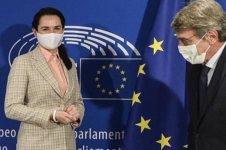 Swetlana Tichanowskaja (l), Oppositionsführerin in Belarus, wird von David Sassoli, Präsident des EU-Parlaments, begrüßt. Foto: Johanna Geron/Pool Reuters/AP/dpa