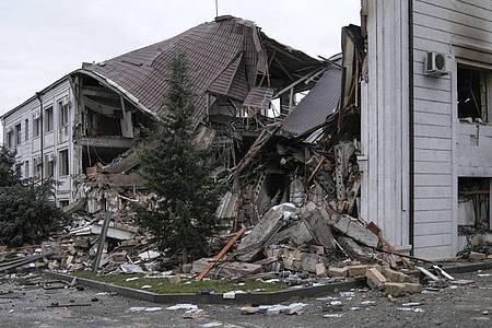 Ein zerstörtes Haus in einem Wohngebiet von der Stadt Stepanakert. Mit schwerem Artilleriebeschuss der Südkaukasus-Region Berg-Karabach und ihrer Hauptstadt ist der Konflikt zwischen Armenien und Aserbaidschan weiter eskaliert. Foto: Areg Balayan/ArmGov PAN Photo/AP/dpa