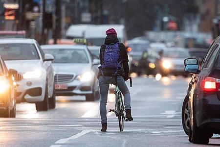 Wer das Auto stehen lässt und lieber mit dem Fahrrad zur Arbeit fährt, kann Herz-Kreislauf-Erkrankungen vorbeugen. Foto: Sebastian Gollnow/dpa