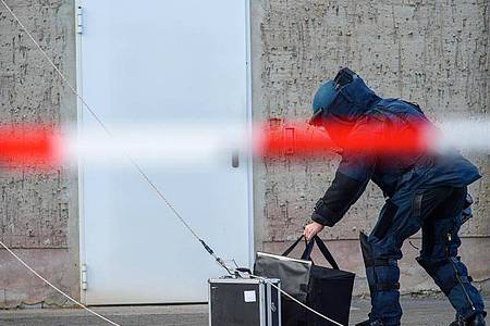 Ein Entschärfer der Abteilung für Unkonventionelle Spreng- und Brandvorrichtungen des Landeskriminalamtes (LKA). (Archivbild). Foto: Klaus-Dietmar Gabbert/dpa-Zentralbild/ZB