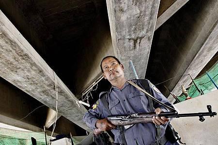 Ein Soldat aus Myanmar an der Grenze zu Thailand. Seit Jahren kommt es in der Region zu Kämpfen zwischen Regierungstruppen und Rebellen. Foto: Lynn Bo Bo/EPA/dpa