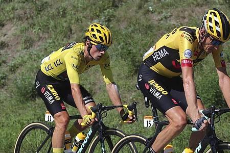 Primoz Roglic (l) verteidigte souverän das Gelbe Trikot. Foto: Thibault Camus/AP/dpa