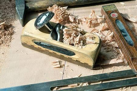 Tischlerwerkzeug in einer Werkstatt. Foto: Patrick Pleul/dpa-Zentralbild/dpa