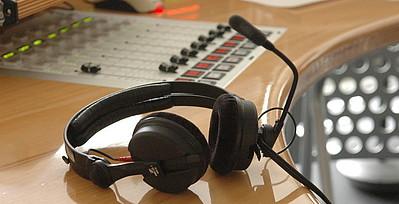Kopfhörer auf Studiopult