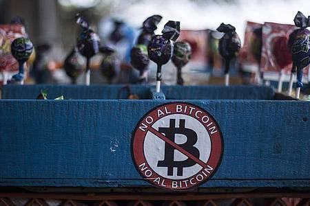 «Nein zum Bitcoin»: Einer Umfrage zufolge lehnen rund 70 Prozent der Salvadorianer das Bitcoin-Gesetz ab. Foto: Víctor Peña/dpa