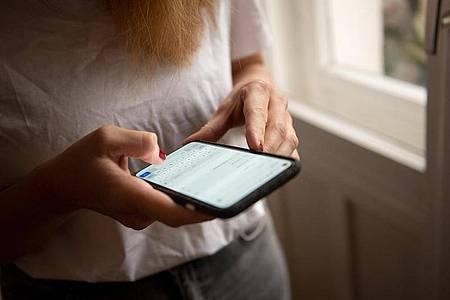 Das Display des Pixel 5 ist mit seinen 6 Zoll deutlich kleiner als bei anderen Spitzen-Androiden. Foto: Zacharie Scheurer/dpa-tmn