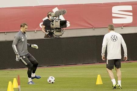 Deutschlands Torhüter Manuel Neuer (l) bereitet sich beim Abschlusstraining des DFB-Teams in Sevilla auf das Spiel gegen Spanien vor. Foto: Daniel Gonzales Acuna/dpa