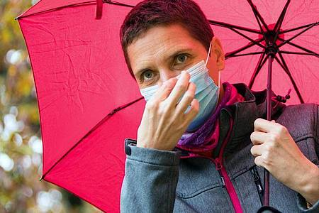 Regelmäßig wechseln und nicht zu lange am Stück tragen: So ist die Haut vom Maskentragen weniger irritiert. Foto: Christin Klose/dpa-tmn