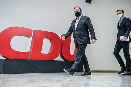 CDU-Kanzlerkandidat Armin Laschet (l) attackiert die Grünen erneut. Foto: Michael Kappeler/dpa