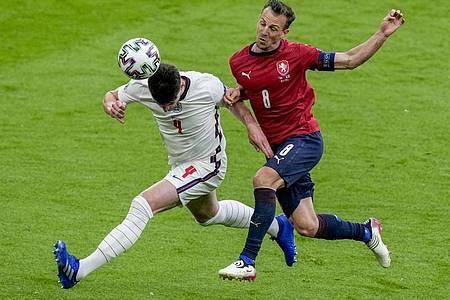 Englands Declan Rice (l) und Tschechiens Vladimir Darida im Kopfballduell. Foto: Matt Dunham/Pool AP/dpa